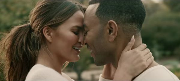 John Legend con la moglie nel video di Love Me Now