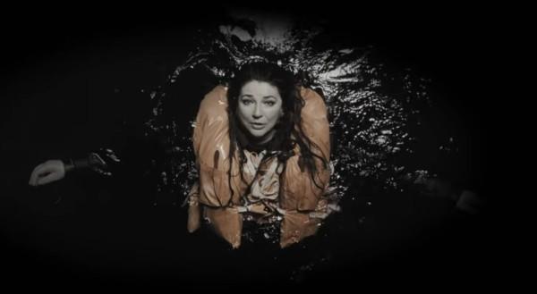 Kate Bush nel video per And Dream of Sheep
