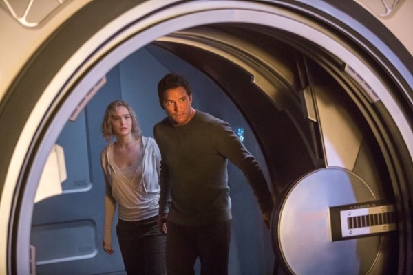 Chris Pratt e Jennifer Lawrence in Passengers.