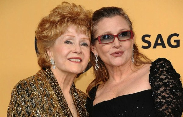 Debbie Reynolds è morta! In questa foto Debbie Reynolds e Carrie Fisher, madre e figlia, morte a pochi giorni di distanza.