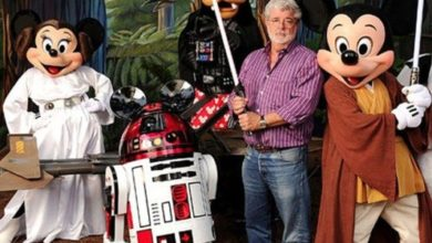 George Lucas con la spada laser di Star Wars.