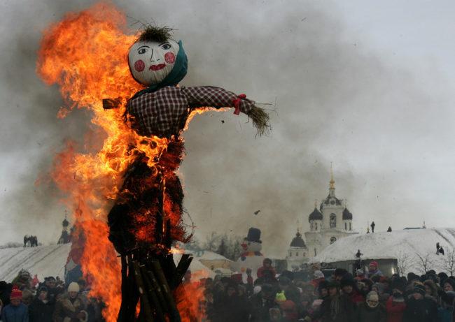 tradizioni a Capodanno che si osservano nel resto del mondo - Bruciare uno Spaventapasseri