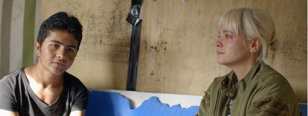 Lily Allen ed un afghano nella giungla di Calais.