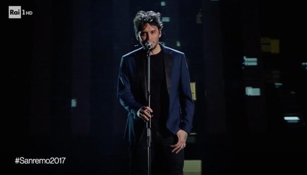 Fabrizio Moro con Portami Via a Sanremo 2017.