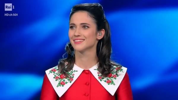 Lodovica Comello canta Mille Bolle Blu di Mina nella serata delle cover