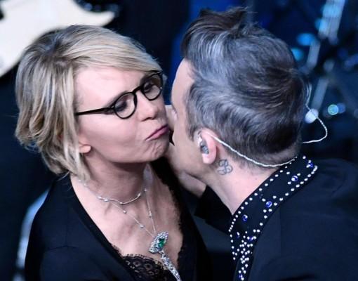 Maria De Filippi bacia Robbie Williams durante il Festival di Sanremo 2017.