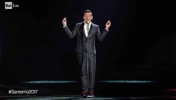 Occidentali's Karma di Francesco Gabbani nella finale di Sanremo 2017