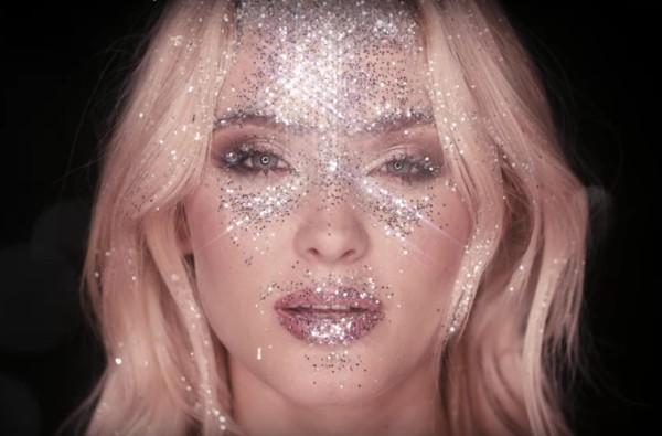 Zara Larsson cosparsa di glitter nel video per So Good