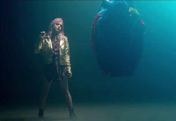 Hey Violet nuova canzone Break My Heart - Rena Lovelis nel video.