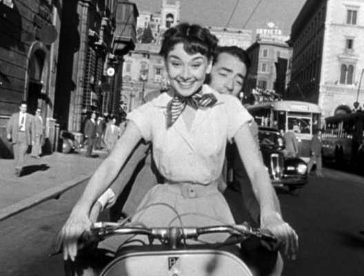 scena in moto di Vacanze Romane - coppie più belle della storia del cinema