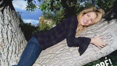 Shakira nella cover del singolo Me Enamore.