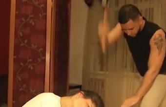 donna russa si fa tagliare i capelli con un'ascia.