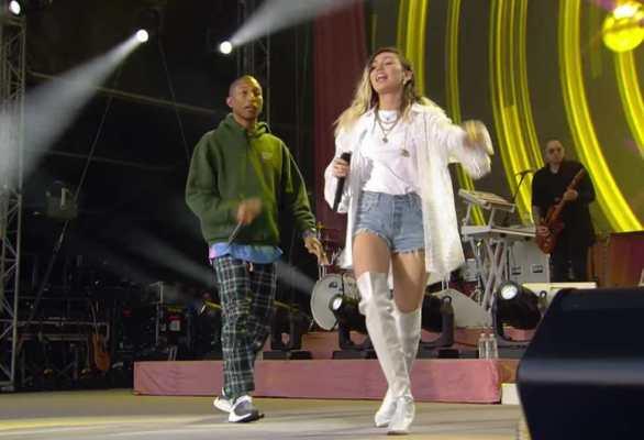 Pharrell Williams e Miley Cyrus cantano Happy al concerto di Manchester organizzato da Ariana Grande.