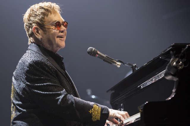 Elton John al piano