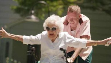 Macklemore nel video di Glorious con la nonna