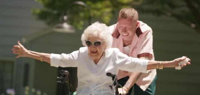 Macklemore nel video di Glorious con la nonna
