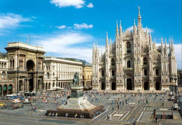 Belle ragazze a Milano - Piazza Duomo