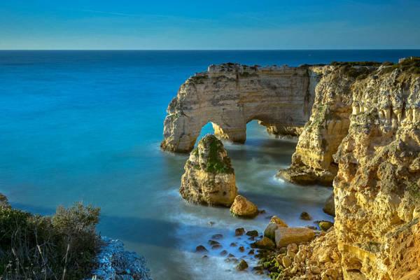 Una foto di Marinha beach - Algarve