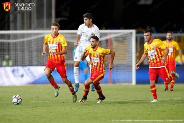 Calciatori del Benvento in azione contro la Roma. Credits Benevento.