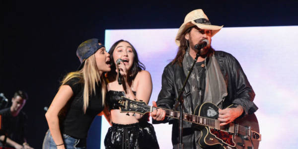 Noah, MIley e Billy Ray Cyrus sul palco