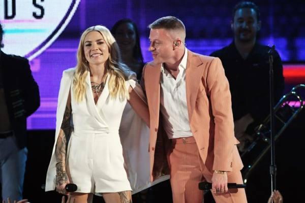Macklemore e Skylar Grey cantano sul palco degli AMAs