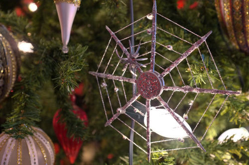 immagine di un addobbo natalizio ucraino a forma di ragnatela