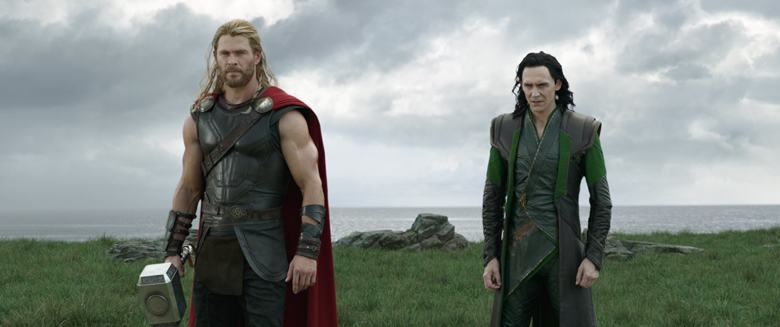 Tutti i film della Marvel - Thor Ragnarok Recensione - Tom Hiddleston e Chris Hemsworth