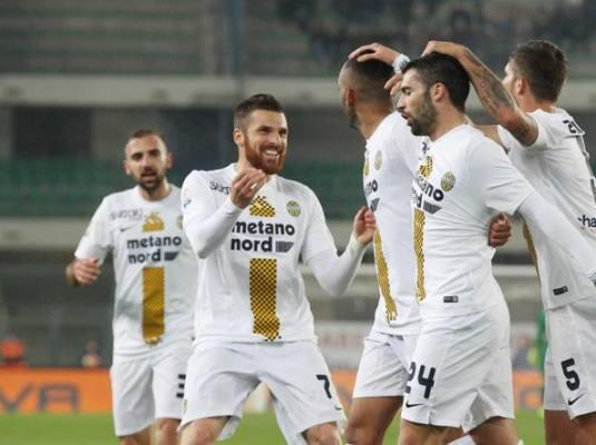 Fares festeggiato dai suoi compagni di squadra dopo la rete del pareggio del Verona contro il Chievo nel derby di Coppa Italia del 29 novembre.
