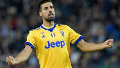 Sami Khedira esulta con addosso la maglia della Juventus.