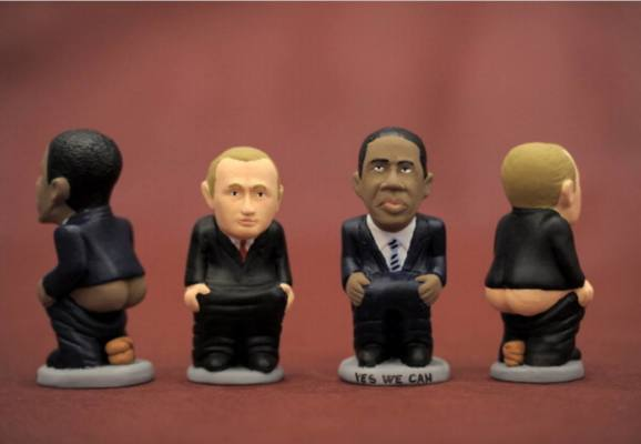 immagine di due caganer a forma di Putin e Obama