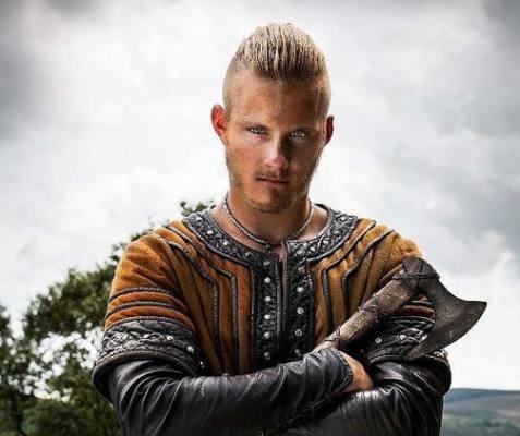Alexander Ludwig nei panni di Björn per la serie Vikings