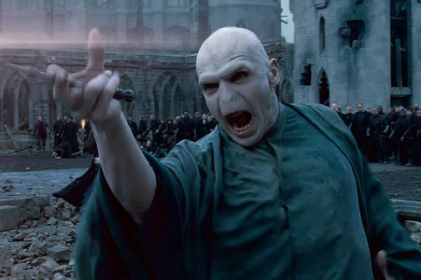 Immagine di Voldemort che combatte nel duello finale con Harry Potter nella saga di Harry Potter