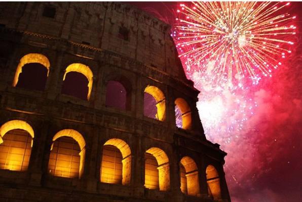 Immagine del Colosseo sotto i fuochi d'artificio di Capodanno