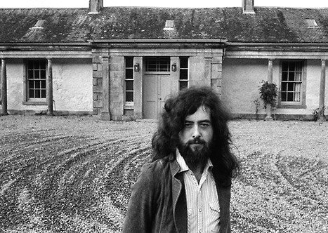 Jimmy Page immortalato davanti a Boleskine House (precedentemente appartenuta ad Aleister Crowley)
