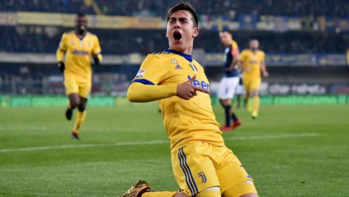 Dybala festeggia la doppietta personale siglata in occasione di Verona-Juventus: 1-3, del 30 dicembre.
