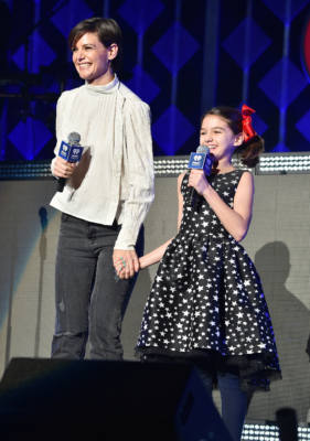 Katie Holmes e Suri Cruise annunciano Taylor Swift durante il Jingle Ball al Madison Square Garden