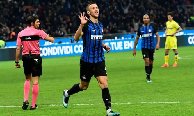 Perisic esulta dopo aver realizzato una tipletta nel 5-0 dell'Inter contro il Chievo, il 3 dicembre.