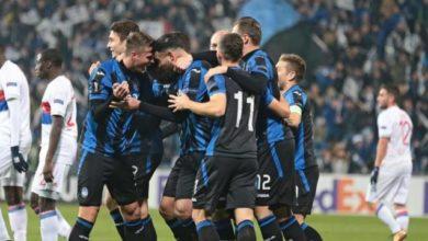 Petagna abbracciato dai compagni di squadra dopo la rede decisiva siglata nell'1-0 contro il Lione, il 7 dicembre