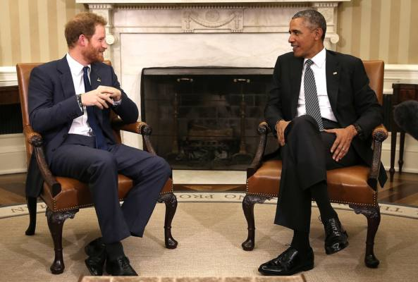 Immagine del Principe Harry e di Barack Obama mentre conversano presso Kensington Palace