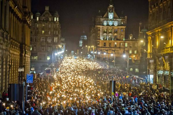 immagine della fiaccolata che si tiene ad Edimburgo durante l'Hogmanay