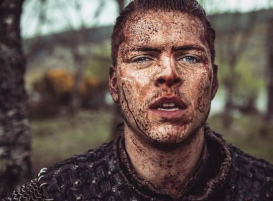 Alex Høgh Andersen nei panni di Ivar per la serie Vikings