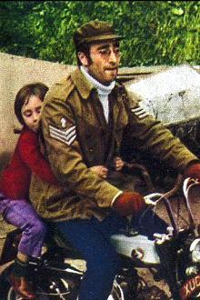 John Lennon a bordo della sua motocicletta