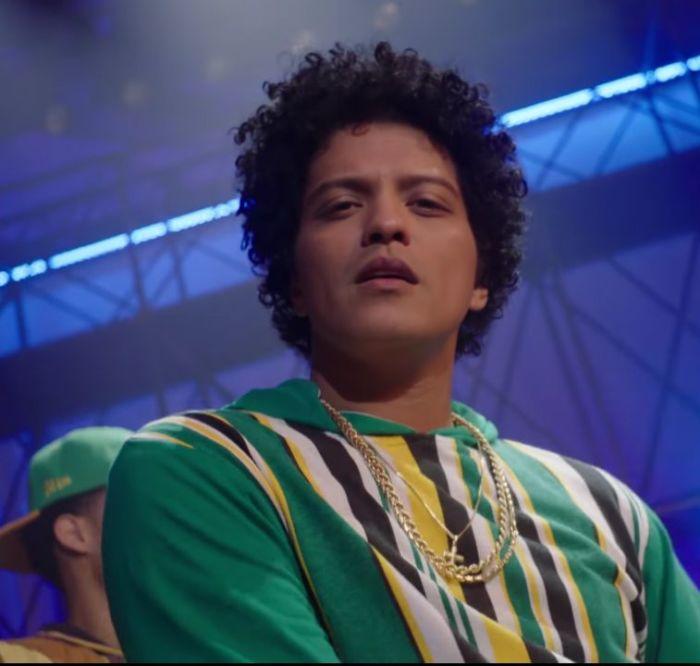 Bruno Mars nel video del remix di Finesse con Cardi B.