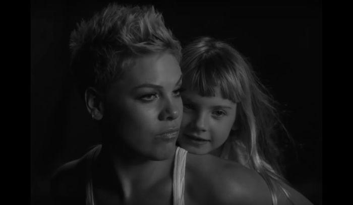 Pink e la figlia Willow   video Wild Hearts Can't Be Broken