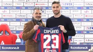 Marco Capuano, con la maglia del Crotone, durante la presentazione alla stampa.