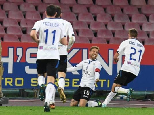 Gomez festeggia dopo il gol realizzato contro il Napoli nei quarti di finale di Coppa Italia, il 2 gennaio.