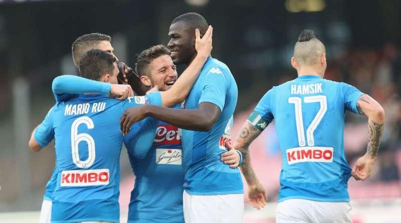 Koulibaly festeggiato dai compagni dopo il gol messo a segno contro il Verona, il 6 gennaio.