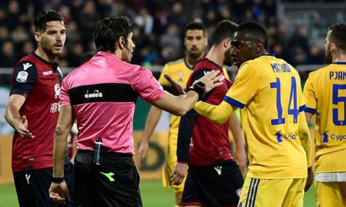 Matuidi a collquio con l'arbitro dopo i cori razzisti giunti da uno spicchio della Sardegna Arena.
