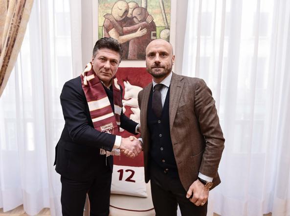Walter Mazzrri con il d.s. Petrachi dopo la firma del contratto con il club granata.