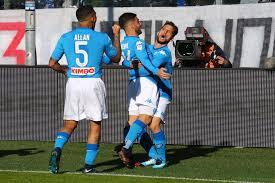 Mertens abbracciato dai compagni dopo il gol siglato con l'Atalanta, il 21 gennaio.